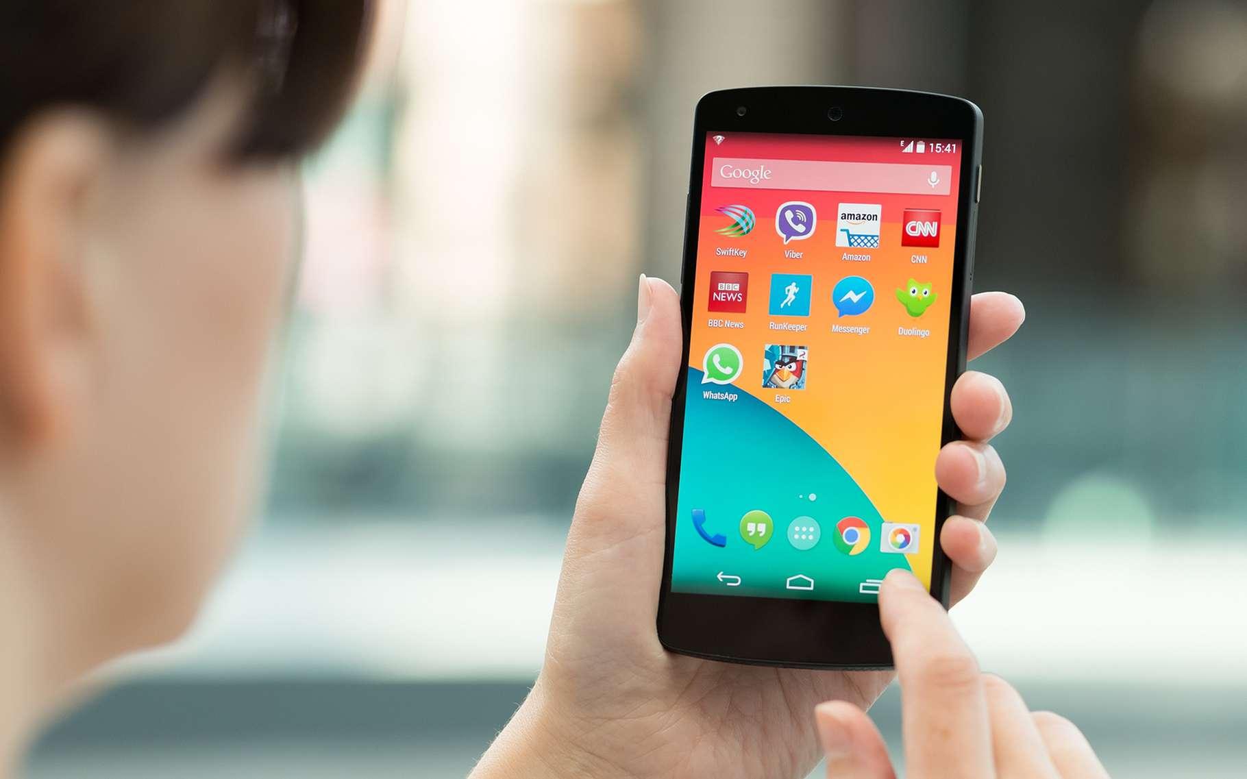 Si une publicité apparaît lorsque le smartphone est en veille, c'est qu'un malware s'est installé sur l'appareil. © Bloomicon, Shutterstock