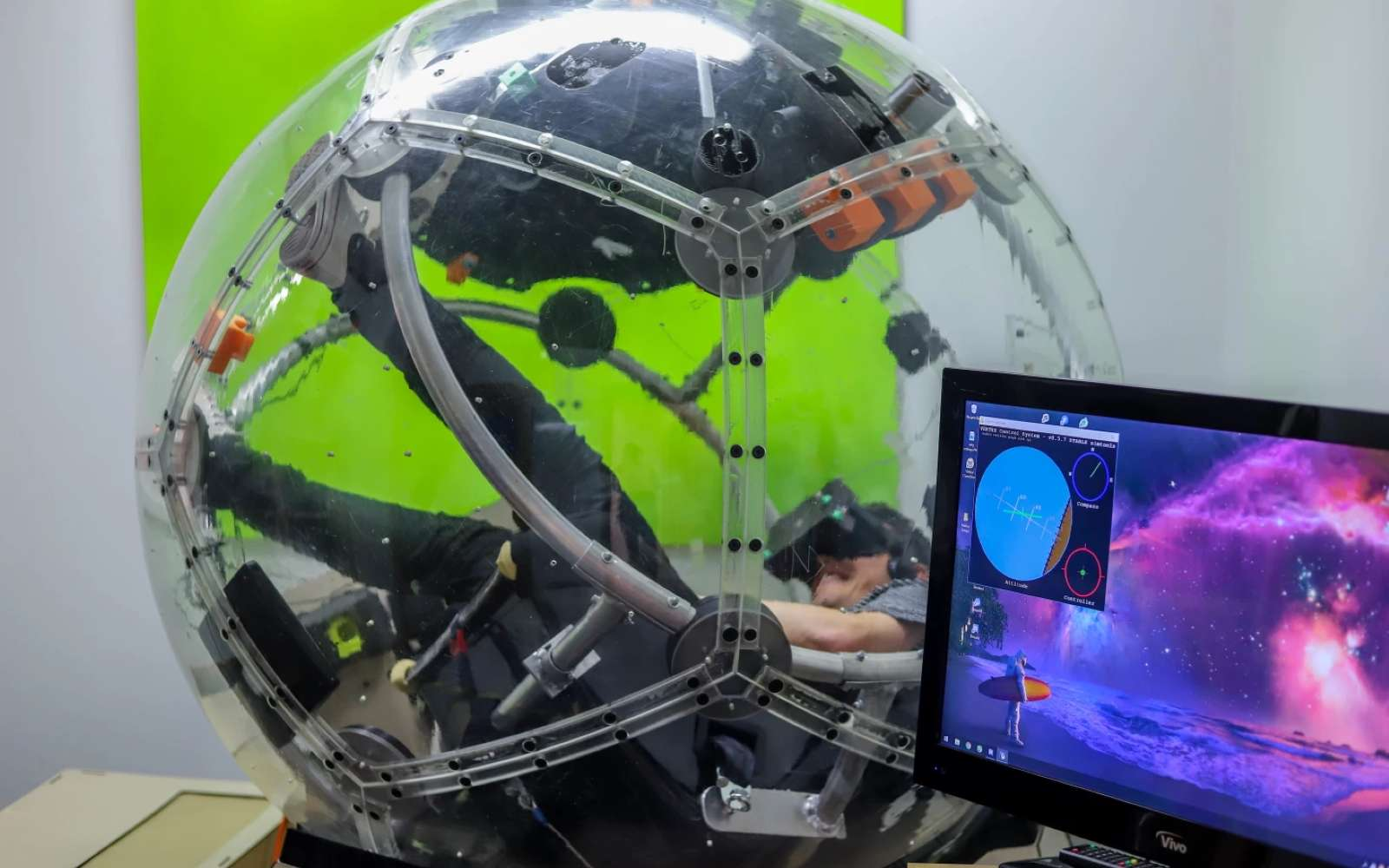 La Nova est un habitacle tournant dans tous les sens pour simuler la conduite de n'importe quel véhicule. © Eight360