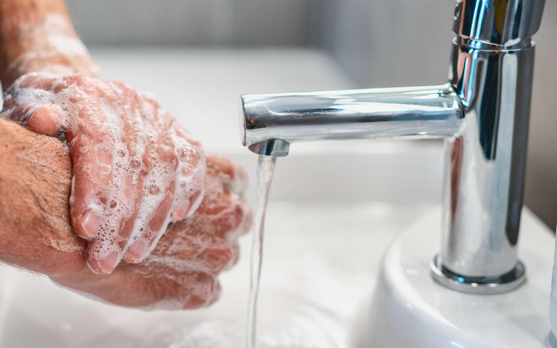 Outre le port d'un masque, le lavage des mains est essentiel pour se protéger et protéger les autres du coronavirus. © Maridav, Adobe Stock