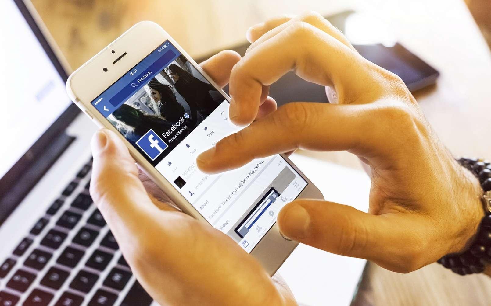 Facebook passe à l'action contre la désinformation liée au Covid-19. © bombuscreative / IStock.com