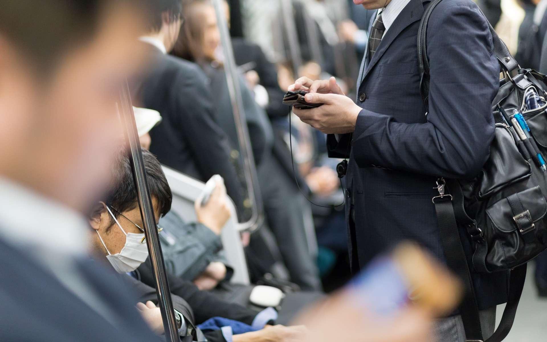 Le Bluetooth permet de transmettre des signaux de téléphone à téléphone sans la moindre connexion Internet ou mobile. © Kasto, Adobe Stock