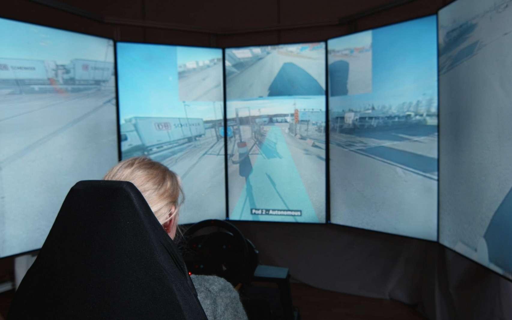 Deux camions autonomes Einride Pod sont supervisés à distance par une opératrice. © Einride
