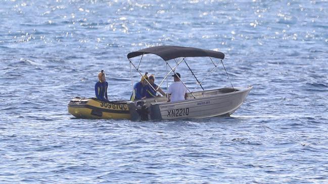 """""""Héroe en una hojalata"""" que liberó a la cría de ballena atrapada de las redes de tiburones en la costa de Gold Coast con avisos de infracción"""