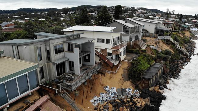 Las tormentas dejan a Wamberal casas frente al mar tambaleándose al borde del colapso