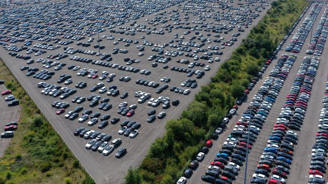 Fotos muestran autos almacenados en el cementerio de vehículos en medio de la caída del coronavirus