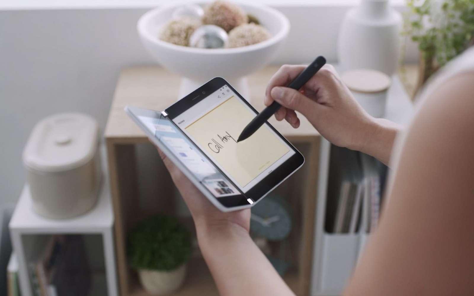 Le Surface Duo de Microsoft sera commercialisé le 10 septembre et il est déjà disponible en précommande. © Microsoft