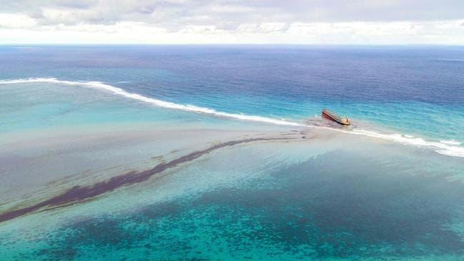 Petrolero japonés arroja 1000 toneladas en playas
