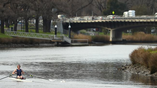 Perdón por lluvia, noche fría después de la advertencia de inundación de la ciudad