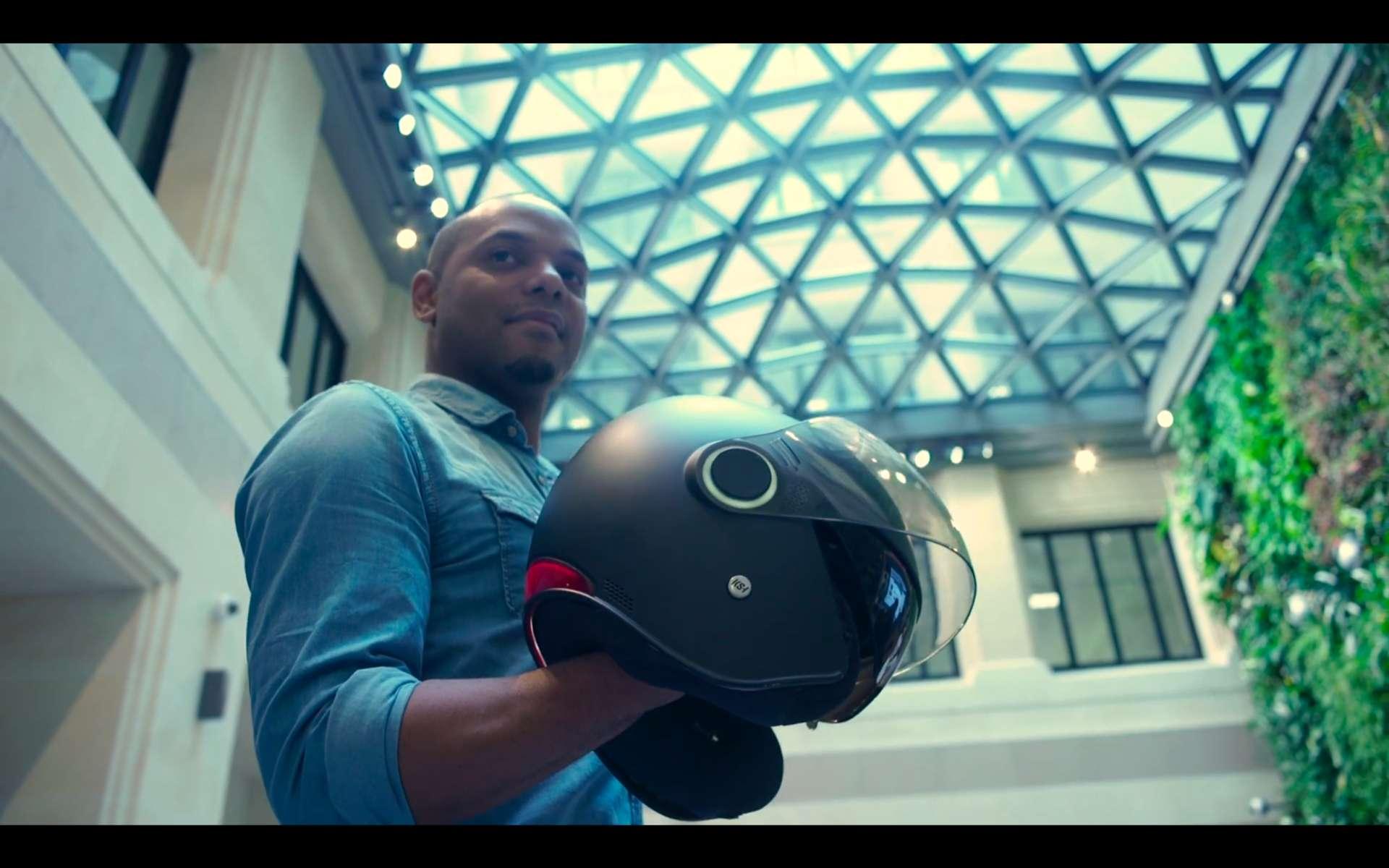 Kevin Ravi, le créateur de KSH (Kosmos Smart Helmets) présente son casque connecté et sécurisé. © Courtesy of KSH