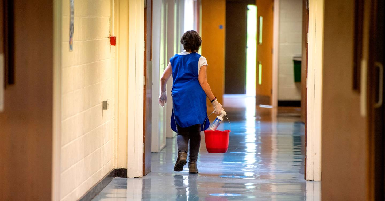A medida que se abren las oficinas, los limpiadores están atrapados en una nueva realidad extraña