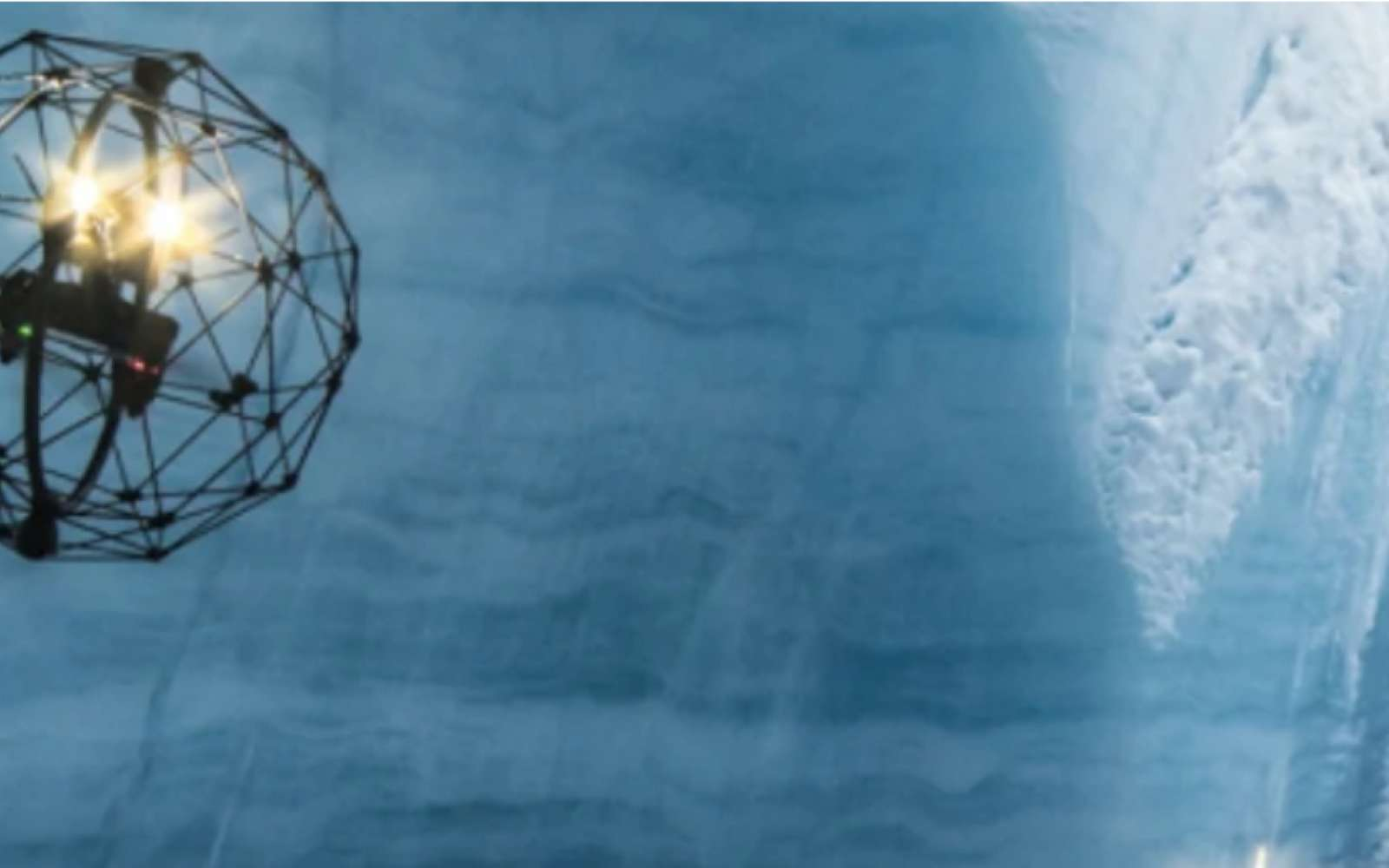 Plus aucun spéléologue ne peut évoluer dans les « moulins » de glace en raison des conséquences du réchauffement climatique. Le drone permet d'aller bien plus loin. © Flyability