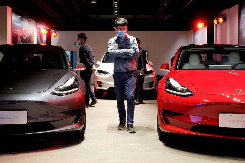 El ejército chino prohíbe los autos Tesla en sus complejos por preocupaciones de la cámara: fuentes