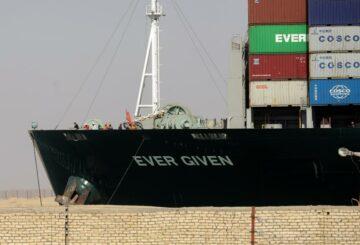 El tráfico en el Canal de Suez se reanuda después de que un barco varado reflotó