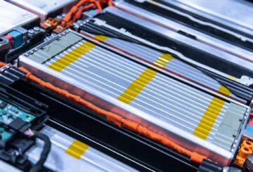 Dans les véhicules électriques, la masse de batterie vient alourdir considérablement l'ensemble tout en occupant un maximum d'espace. © Sergii, Adobe Stock