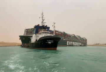 Barco en convoy bloqueado en Canal de Suez en movimiento, dicen fuente y testigo