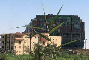 Canal de Suez podría ser bloqueado durante semanas por barco 'ballena varada'
