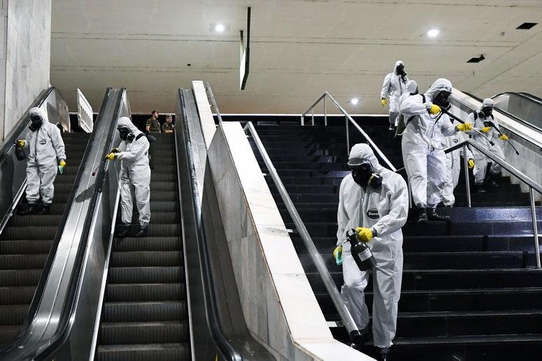 trabajadores de saneamiento limpiando escaleras