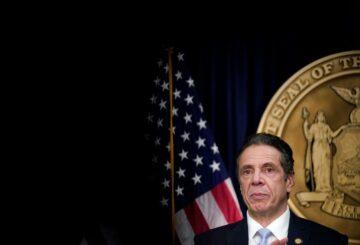 El actual miembro del personal de Cuomo acusa al gobernador de Nueva York de comentarios sugerentes y de comerse con los ojos