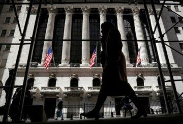 El dólar se recupera, las acciones ganan en operaciones inestable por las esperanzas de recuperación de EE. UU.