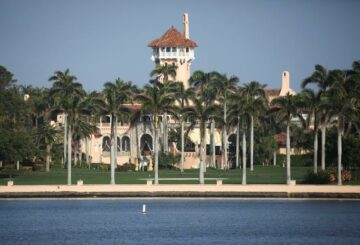 El resort de Trump en Florida está parcialmente cerrado, los trabajadores están en cuarentena después del brote de coronavirus: fuentes