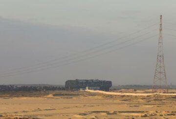 Imágenes muestran un barco enderezado en el Canal de Suez, fuentes dicen que está en 'rumbo normal'