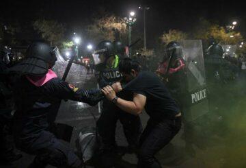 La policía tailandesa choca con manifestantes cerca del palacio del rey