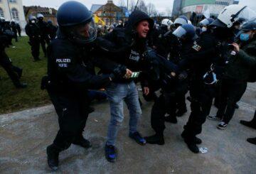 La policía usa cañones de agua mientras la protesta por el cierre alemán se vuelve violenta