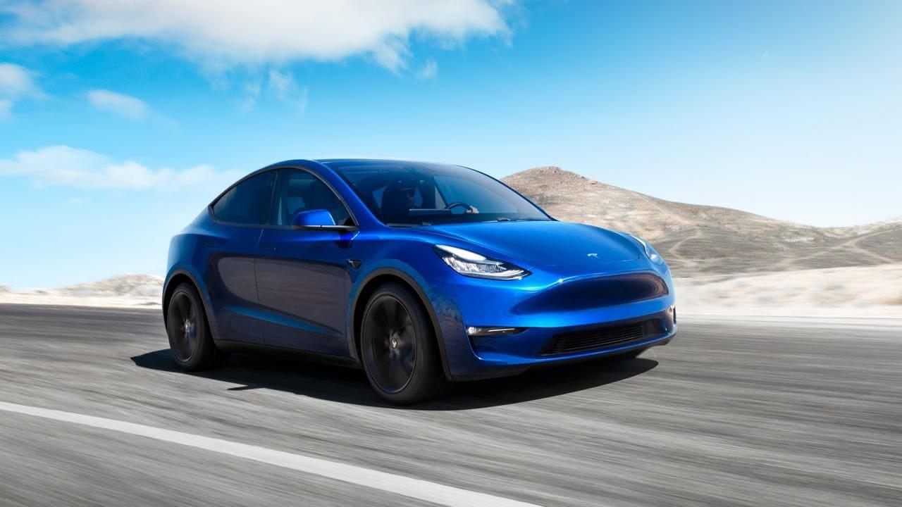 Tesla choca contra un coche de policía parado mientras supuestamente usa el piloto automático