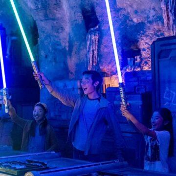 Le sabre laser sera bientôt disponible dans un parc d'attraction. © Disney