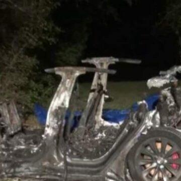 Tesla no está de acuerdo con la policía, afirma que la persona estaba al volante en un accidente fatal de 'piloto automático'
