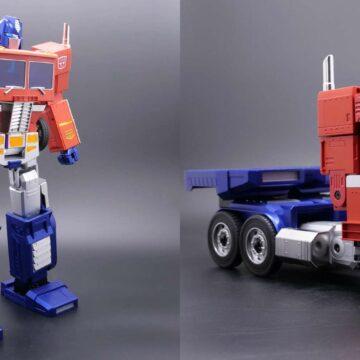 Le nouveau robot Optimus Prime se transforme automatiquement en camion sur simple commande vocale. © Hasbro