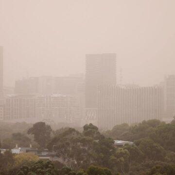 Advertencia de viento fuerte después de la tormenta de polvo en Australia del Sur