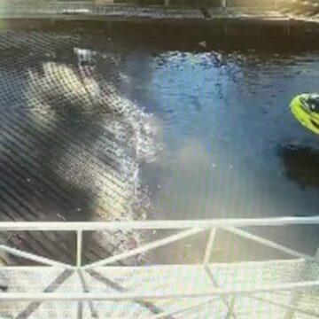 Video de accidente de moto acuática muestra a hombre corriendo hacia un lugar seguro