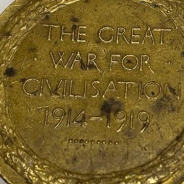 Familia reunida con medalla de guerra 100 años después de su pérdida en la playa de Beaumaris
