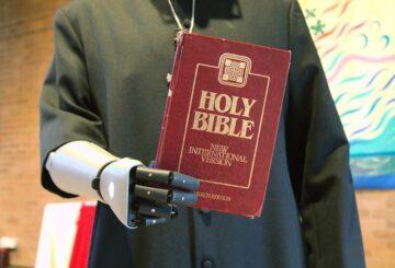 El brazo biónico responde a las oraciones del vicario en formación