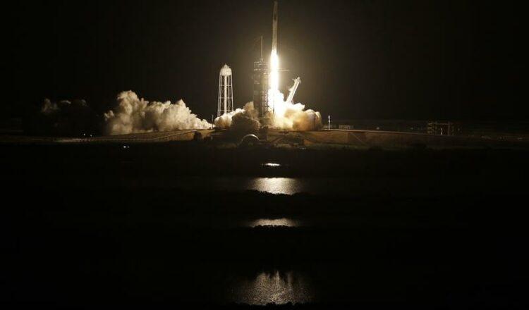 El cohete SpaceX lanza 4 astronautas en misión de la NASA a la estación espacial