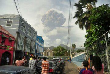La ceniza cubre la isla caribeña de San Vicente después de la erupción del volcán