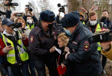 La policía rusa detiene a partidarios del crítico del Kremlin Navalny fuera de la prisión que lo retiene