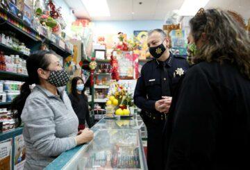La policía y las comunidades de EE. UU. Luchan contra los delitos de odio contra los asiáticos