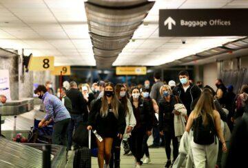 Los CDC desalientan a los estadounidenses a viajar a pesar del 'bajo riesgo' para las personas vacunadas
