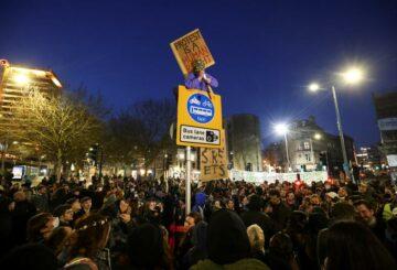 Peleas en Londres mientras miles se unen a manifestaciones de 'kill the bill' en Gran Bretaña