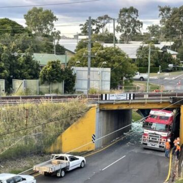 Camión de transporte Lindsay atascado debajo del puente ferroviario de Corinda