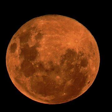 La superluna 'rosa' brilla en los cielos australianos