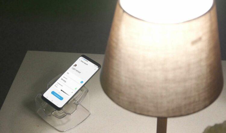 Le programme Galaxy Upcycling at Home permet, par exemple, de transformer un ancien Galaxy S en capteur de luminosité pour allumer automatiquement des lampes connectées. © Samsung