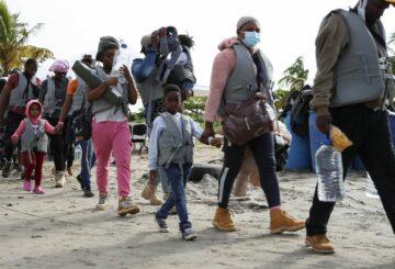 La afluencia de inmigrantes haitianos que empuja a los lugareños a abandonar sus viviendas en la ciudad costera de Colombia